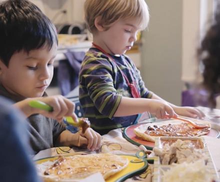 enfants qui préparent une pizza
