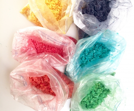 Riz colorés dans des sachets