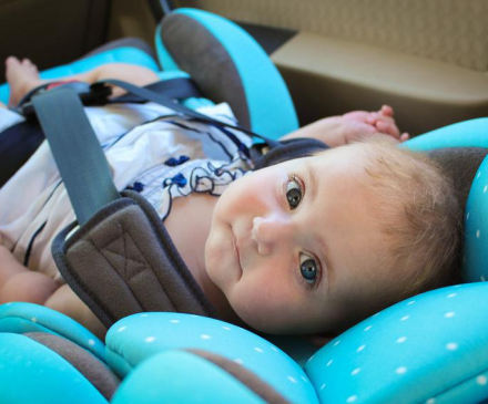 bébé dans siège auto