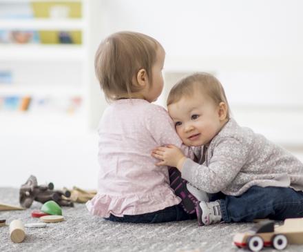 Interaction entre deux bébés