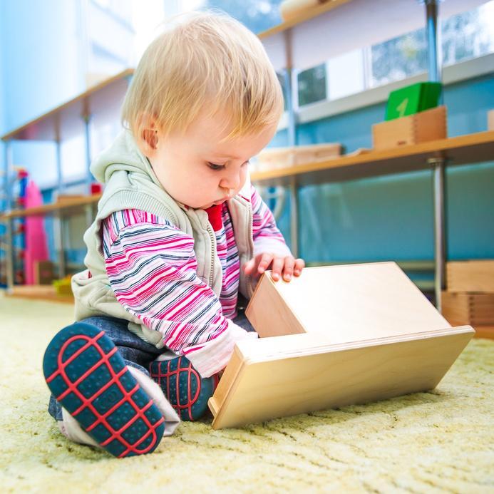 bébé avec un jouet Montessori