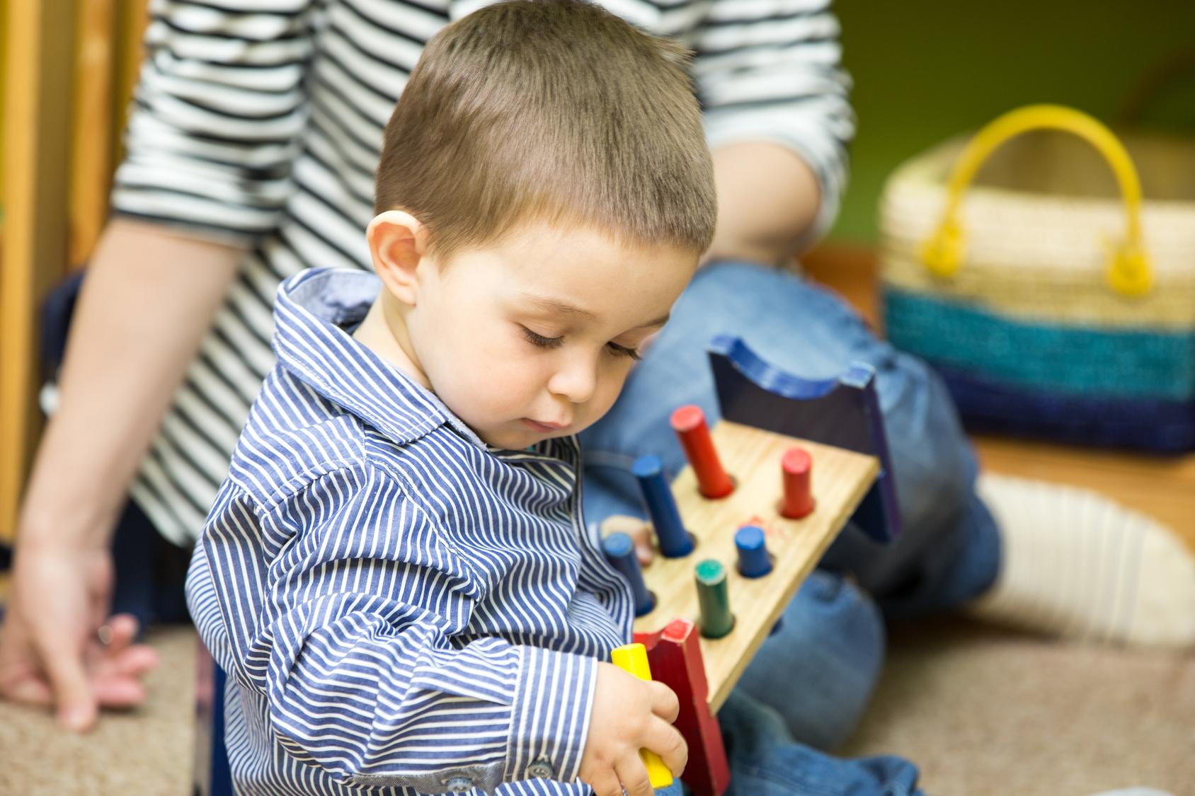 enfant qui joue à la crèche