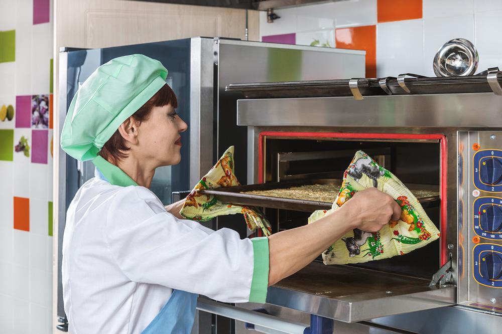 femme qui cuisine dans une crèche