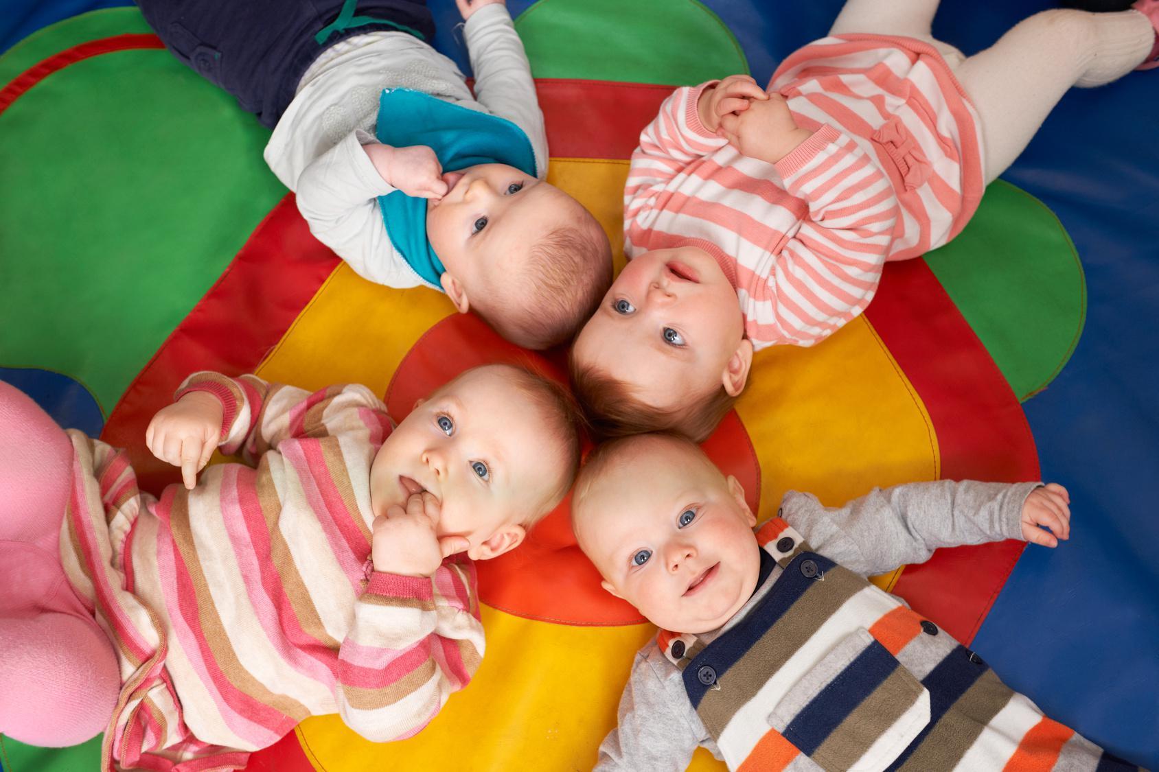 groupe de bébés à la crèche