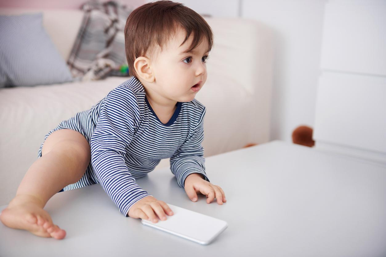 bébé grimpant sur  une table