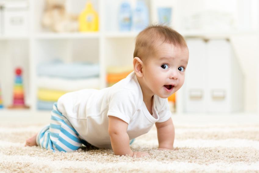 bébé à quatre pattes