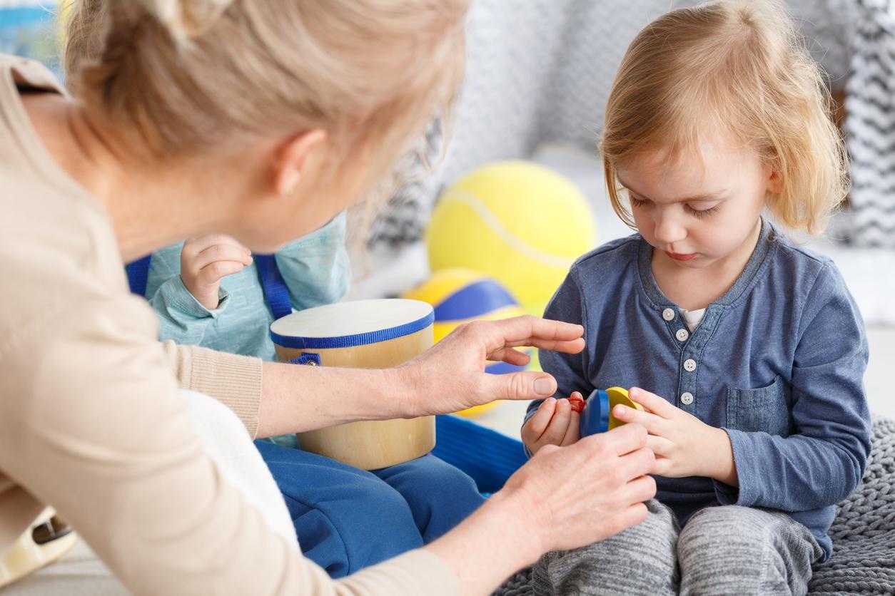 éducatrice de jeune enfant avec enfant