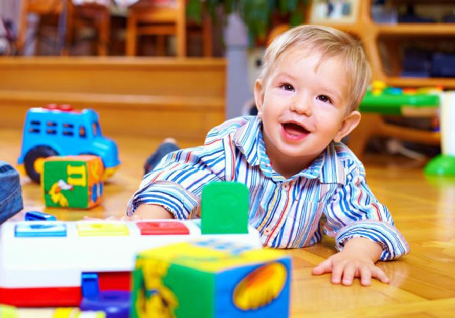 enfant avec des jouets