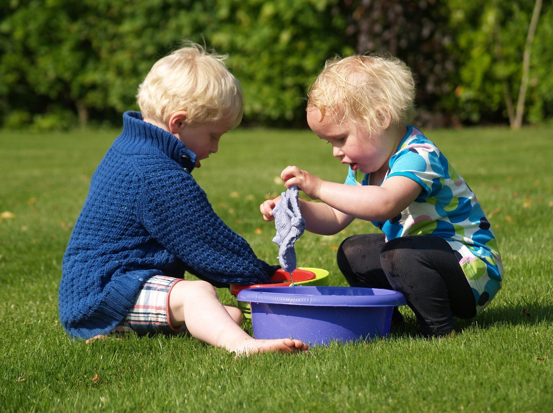 petits enfants qui jouent avec des bassines d