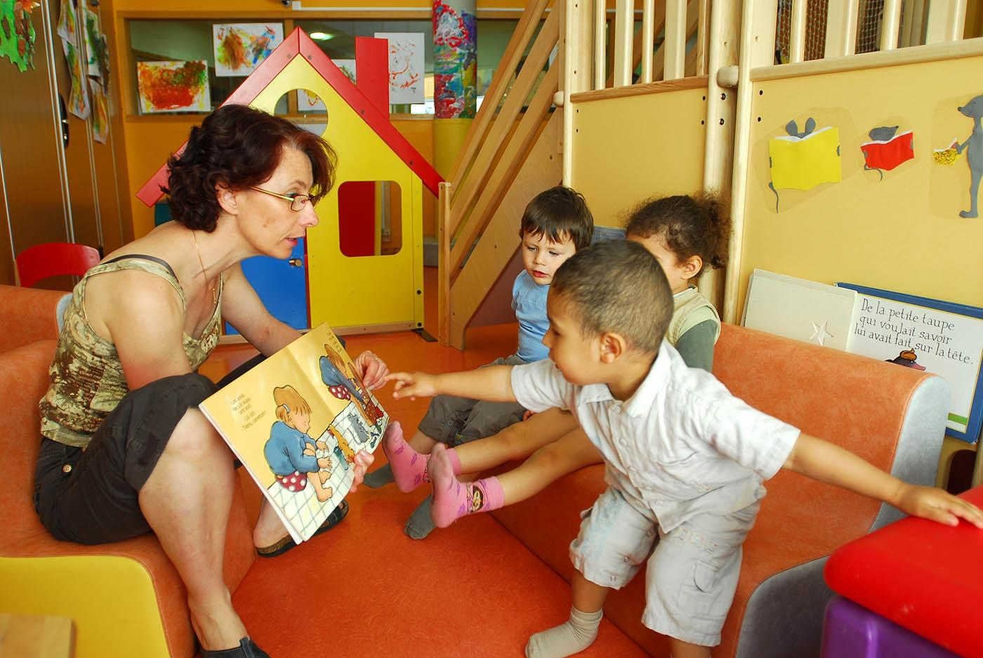 enfants qui regardent un livre