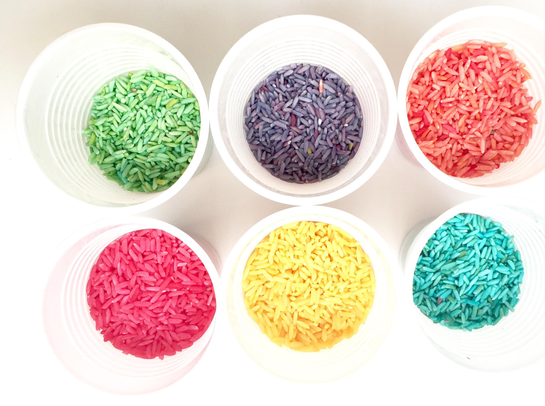 Riz coloré dans des gobelets