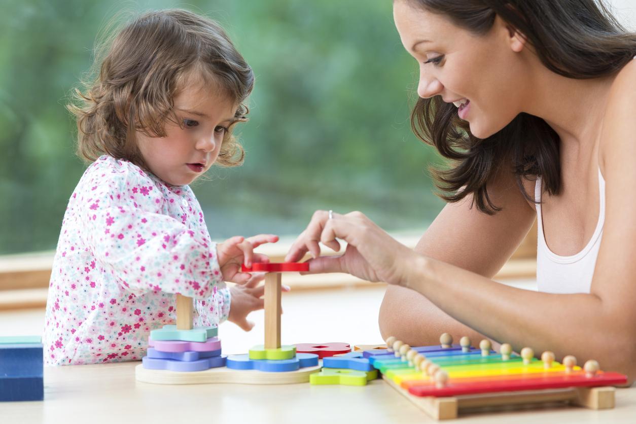 adulte et enfant jouent