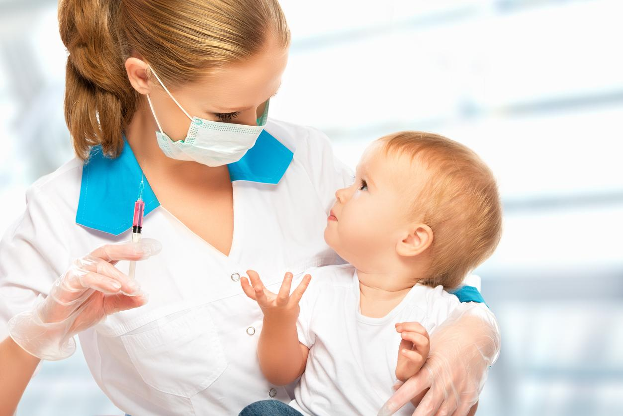 femme médecin vaccine bébé