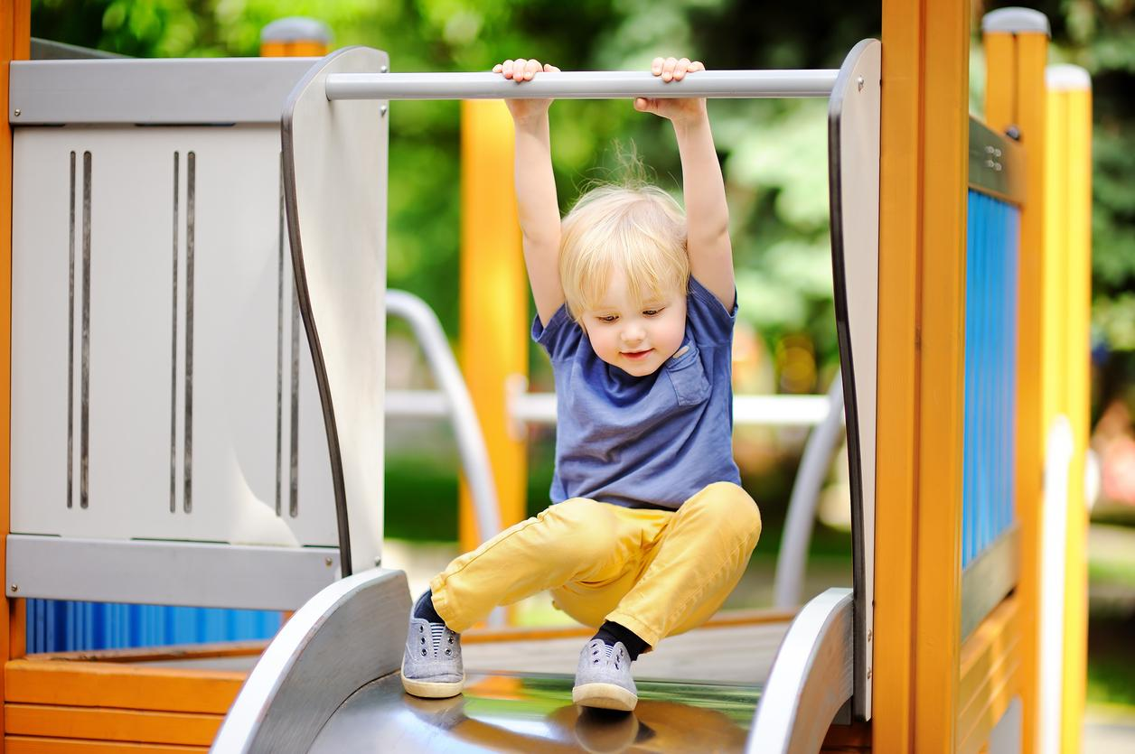 petit garçon sur toboggan