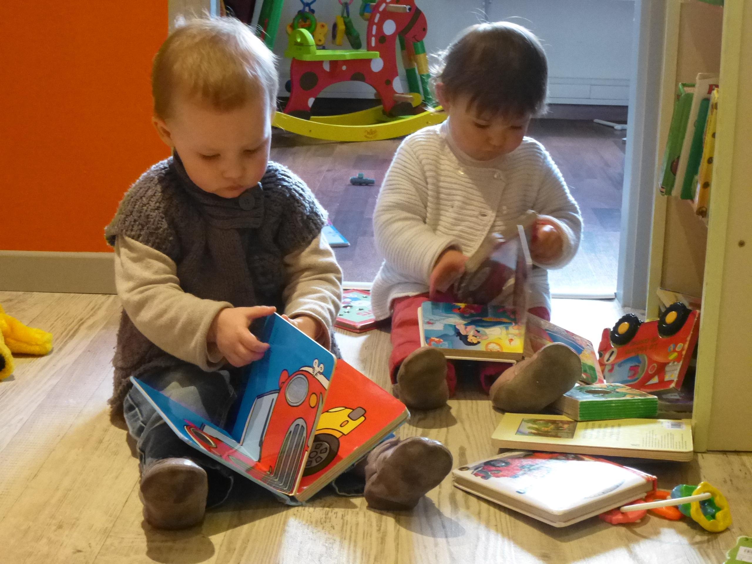 Bébés qui jouent dans une crèche