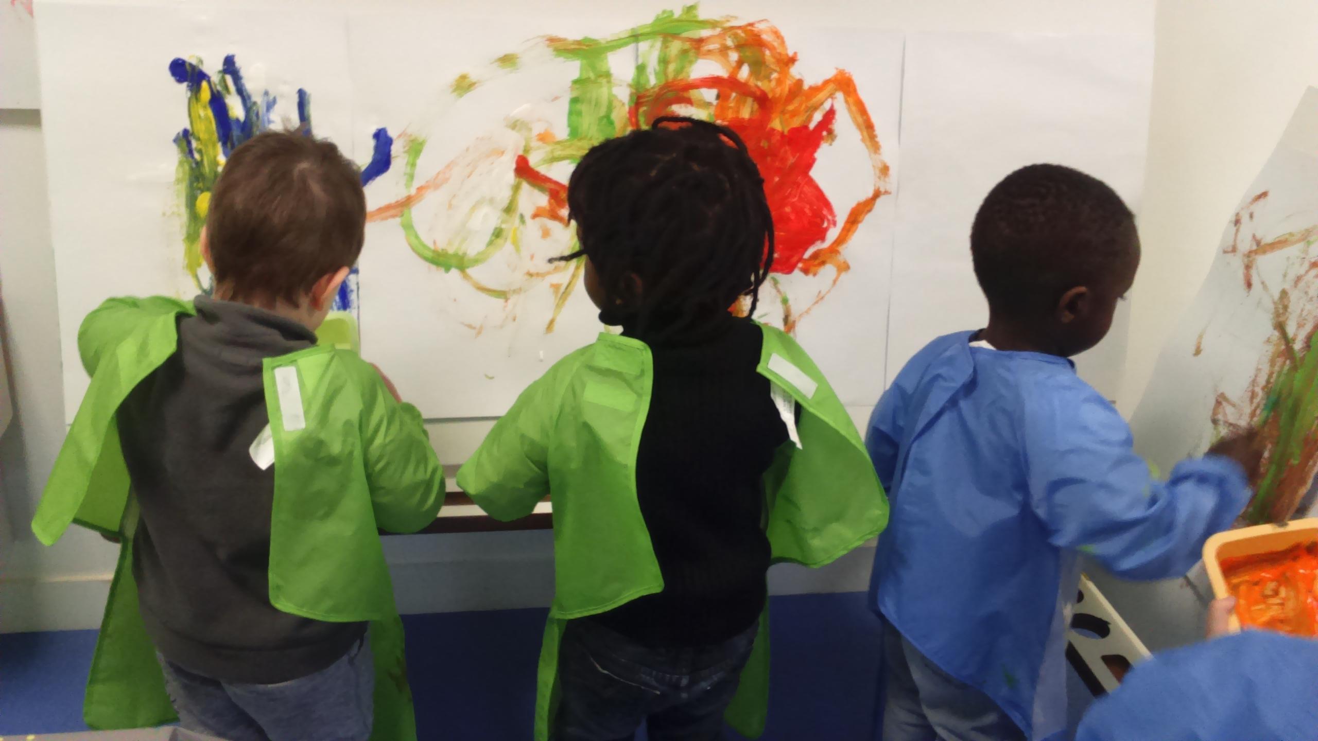 Multi accueil Aubin, enfants dessinent