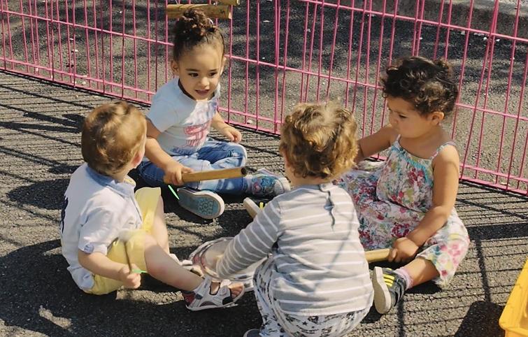 petits enfants qui jouent de la musique dehors