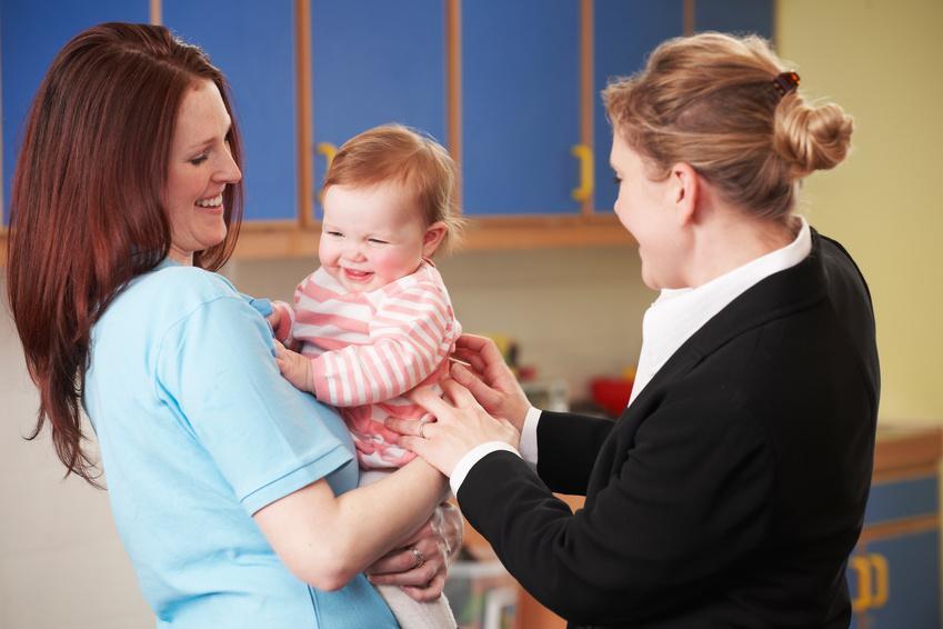 Une maman laisse son bébé à une pro de la petite enfance