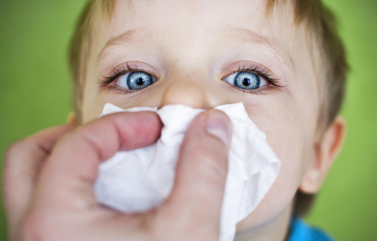 enfant avec un mouchoir sur le nez