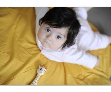 bébé éveillé qui se redresse
