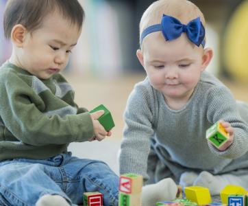 bébés jouant à la crèche