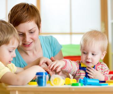 pro de la petite enfance avec bébés