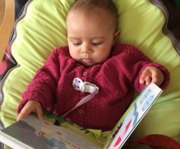 bébé avec un livre