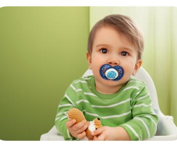 enfant avec une sucette dans la bouche