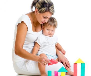animateur petite enfance avec un enfant