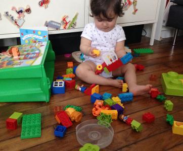 bébé-lieu-accueil-jouant