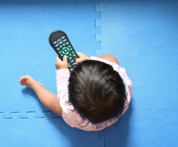 bébé tient une télécommande