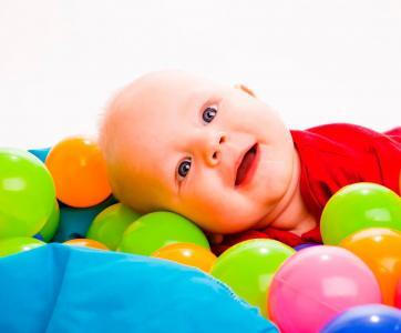 bébé dans piscine à balles