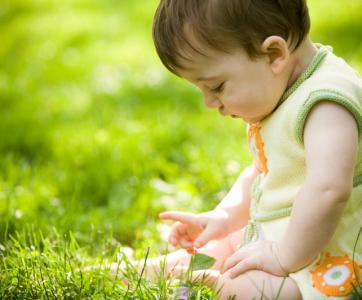 petit enfant qui joue dans l'herbe