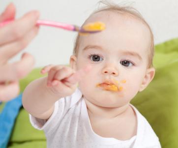 Repas d'un bébé en crèche