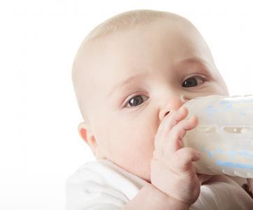 bébé qui boit un biberon