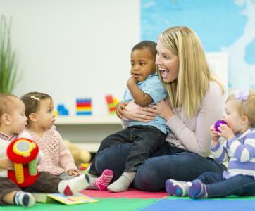 Professionnelle de la petite enfance avec des bébés