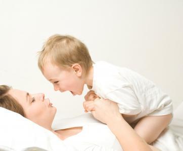 Maman qui s'occupe de son bébé