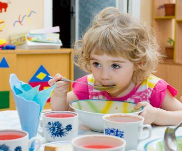 Enfant qui mange de la soupe