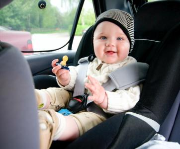bébé dans un siège-auto