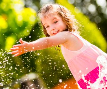 petite fille qui joue avec de l'eau