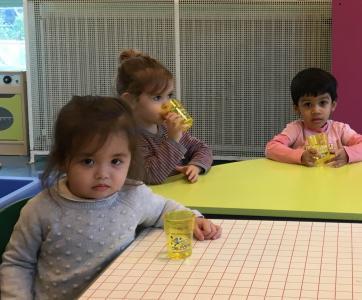 enfants buvant de k'eau de Paris à la crèche