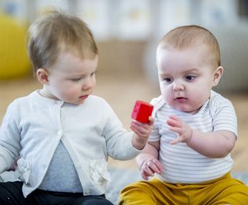 deux bébés à la crèche