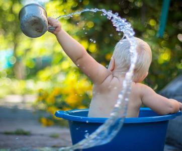 petit enfant qui joue dans l'eau