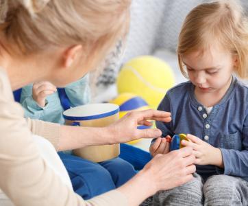 pro de la petite enfance avec jeune enfant