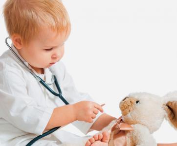 enfant qui joue au docteur