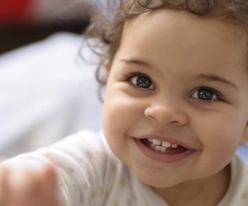 enfant -souriant-attirant