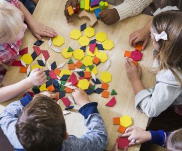 enfants en atelier à la maternelle