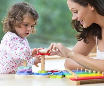 assistante maternelle avec tout-petit