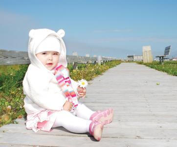 bébé assis chemin