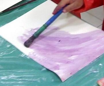 enfant qui fait de la peinture végétale